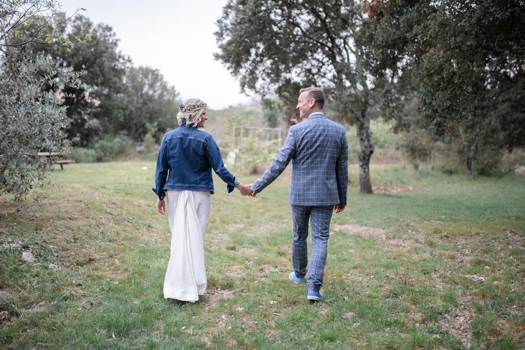 les mariés marchent main dans la main