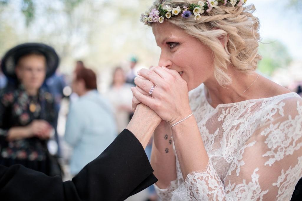 la mariée embrasse la main de sa grand mère