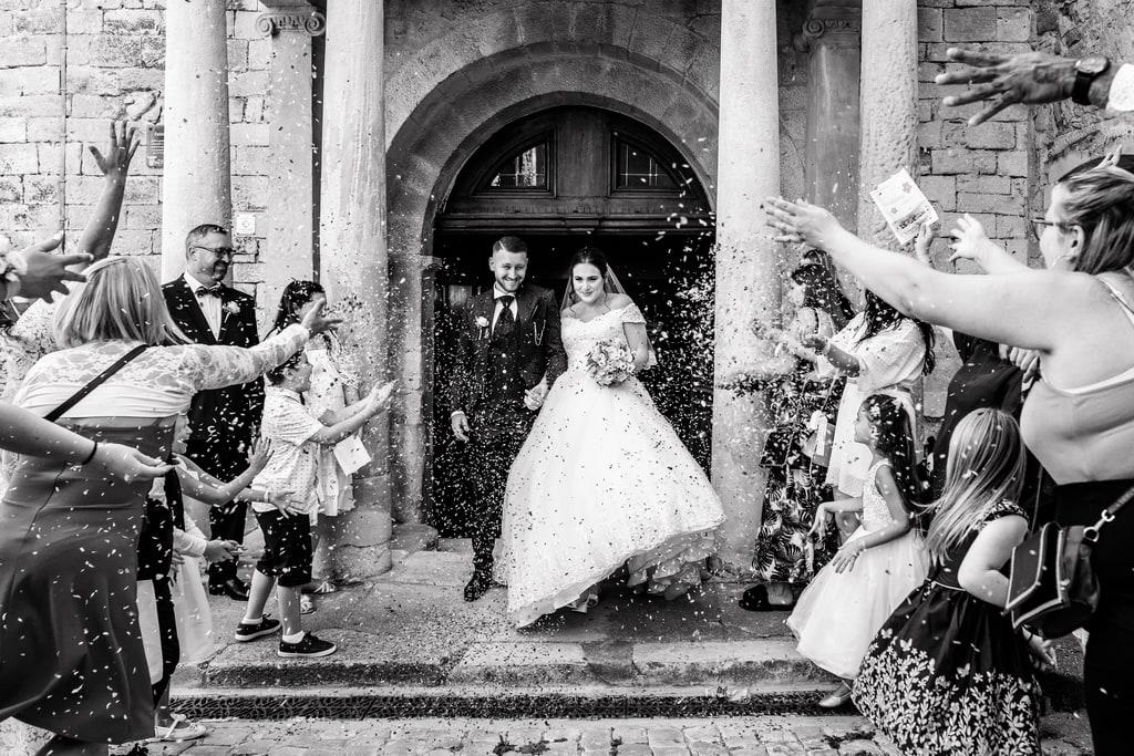 les mariés sortent de l'église sous les cris de tous leurs invités