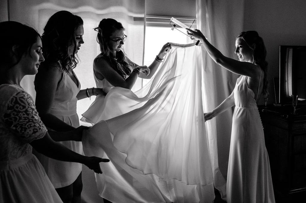 la mariée décroche son voile aidée de ses témoins