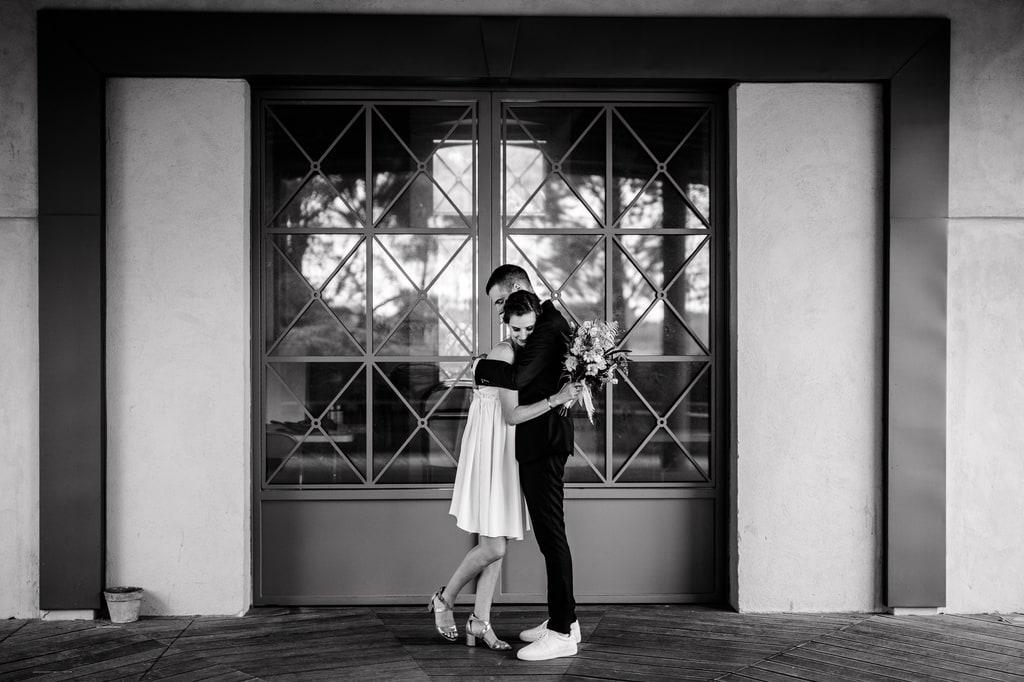 un beau couple de mariés devant une porte