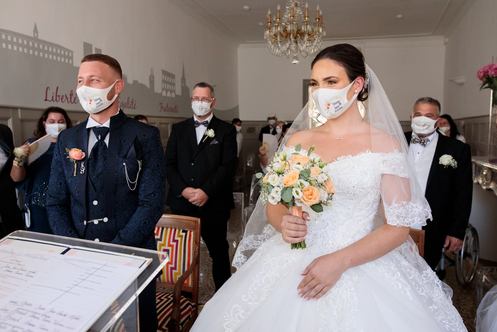 les mariés masqués à la mairie