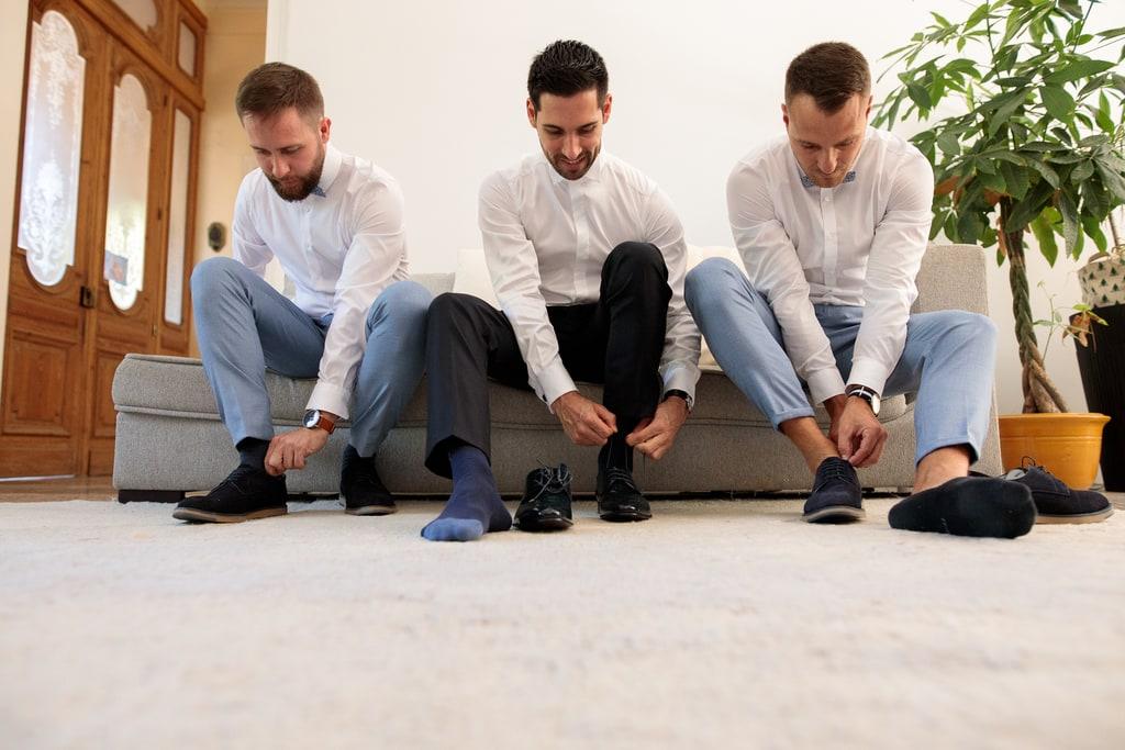 le marié se prépare avec ses témoins