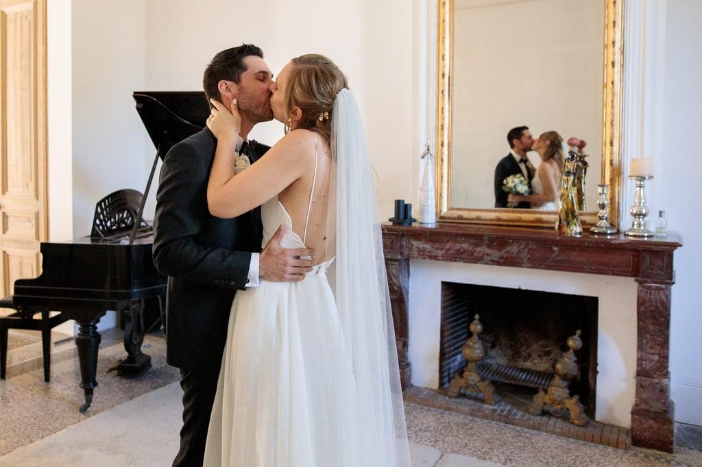les mariés viennent de se voir et ils s'embrassent
