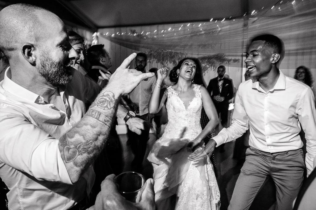 la mariée danse avec ses invités