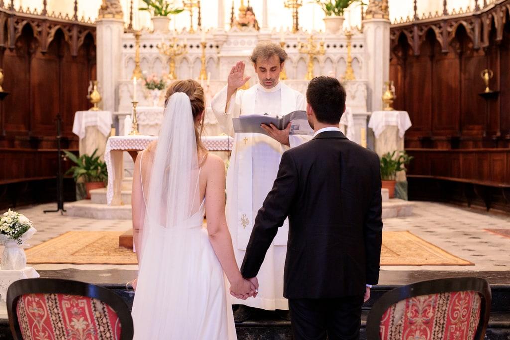 les mariés devant le prêtre
