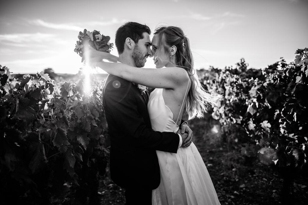 un beau couple de mariés au soleil couchant