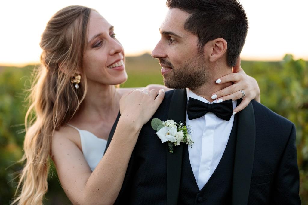 couple de jeunes mariés qui se regarde