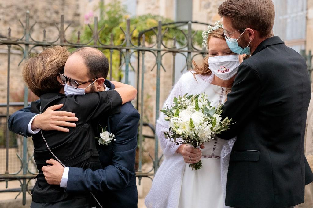 les mariés embrassent leur amis