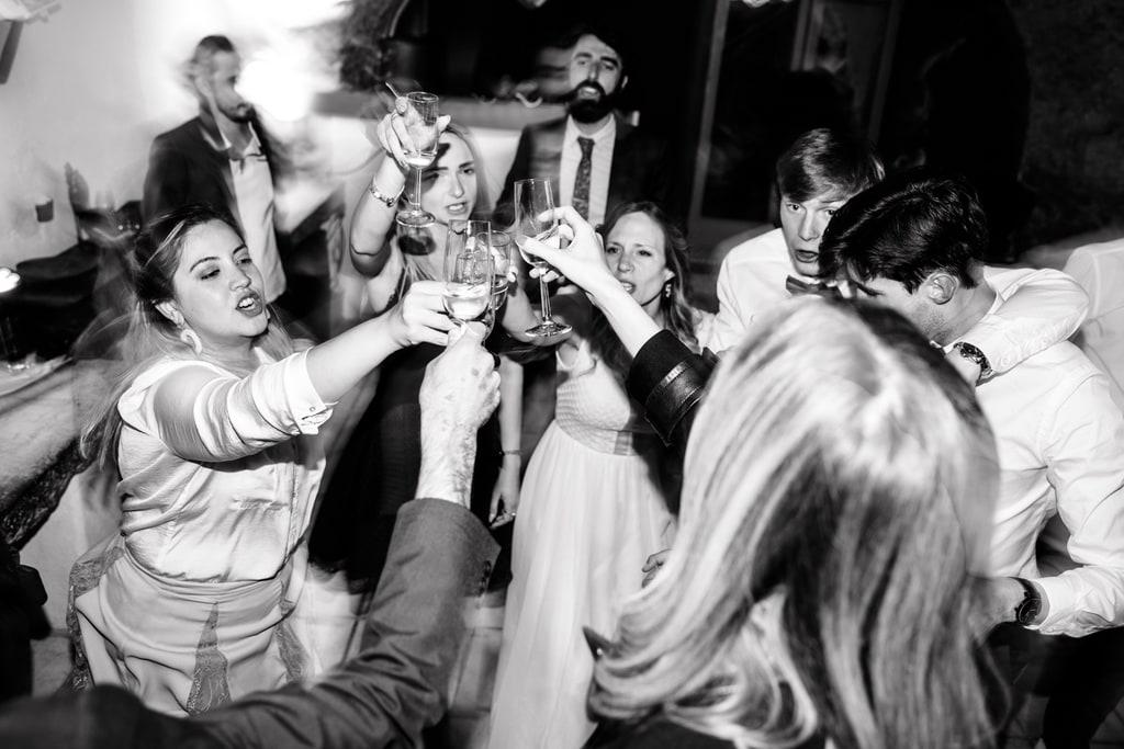 invités qui dansent un verre à la main