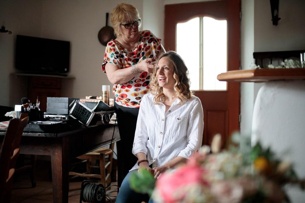 la mariée se fait coiffer