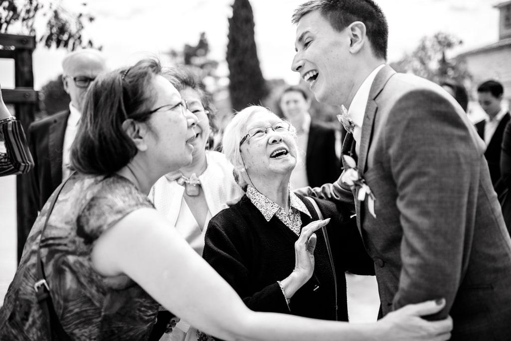 le marié rigole avec sa famille