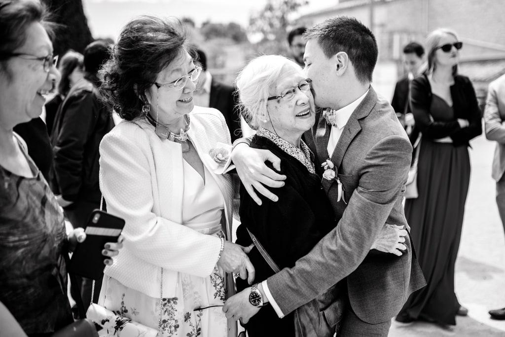 le marié embrasse sa grand mère