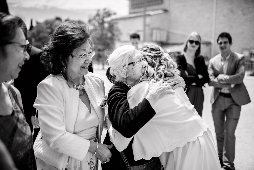 la mariée embrasse sa grand mère
