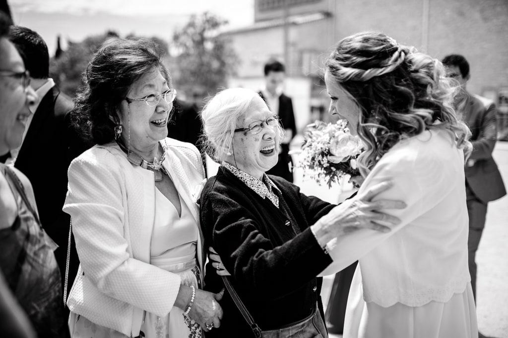 la mariée embrasse sa famille