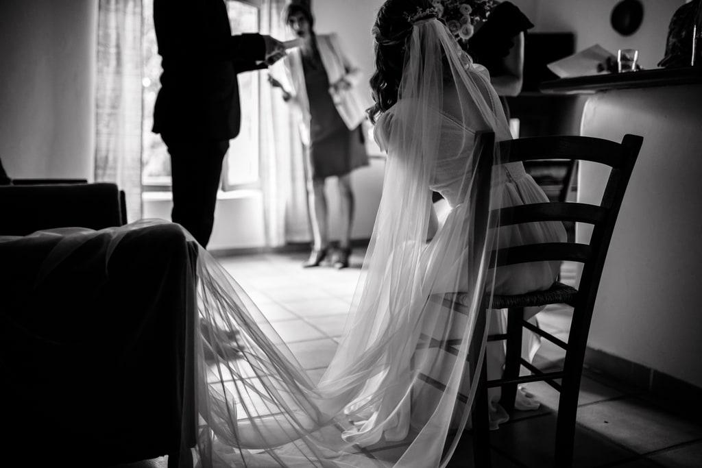la mariée attend assise sur une chaise