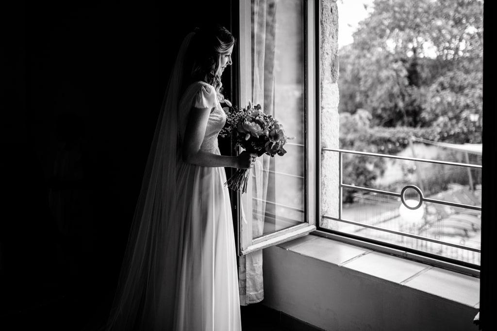 la mariée regarde par la fenêtre
