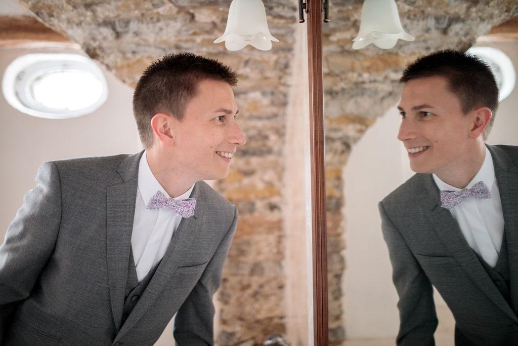 le marié se regarde dans le miroir