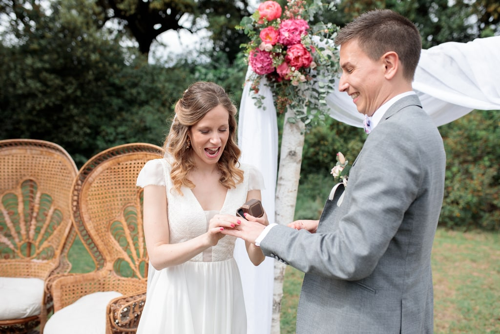 la marié met l'alliance au marié