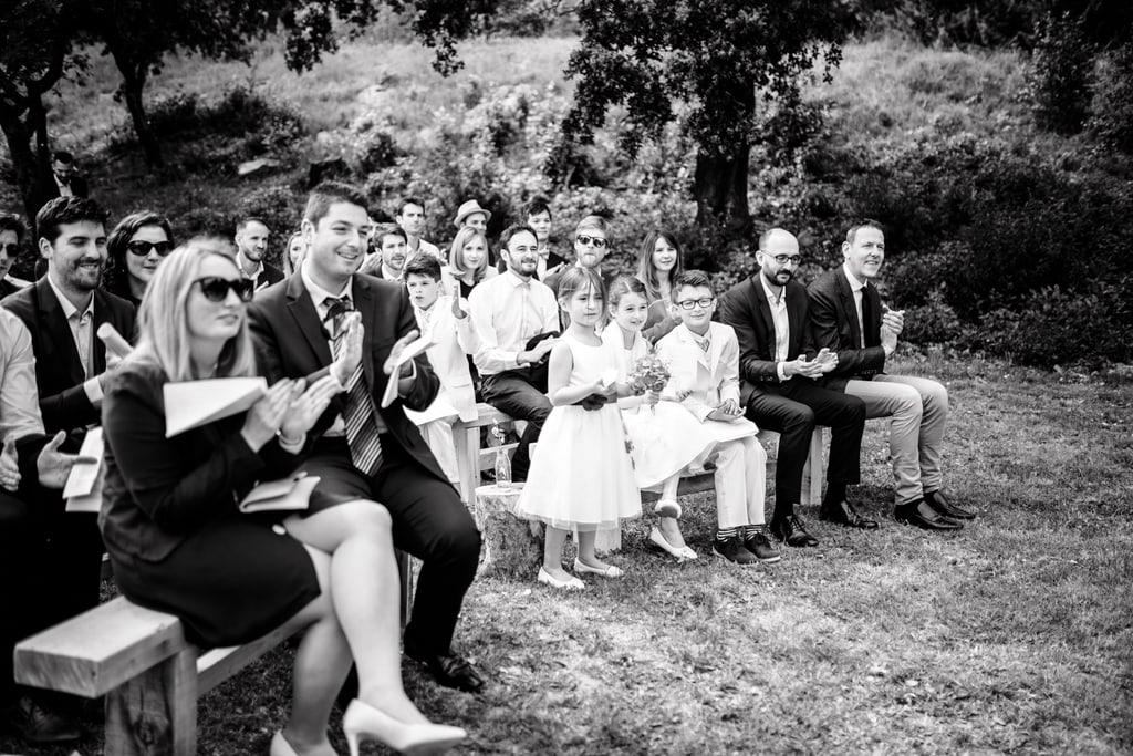invités qui applaudissent durant la cérémonie