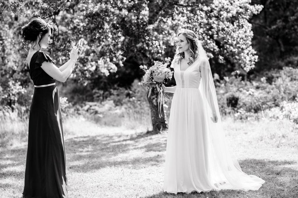 la mariée pose pour la photo