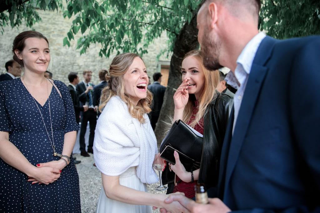la mariée rigole avec un invité
