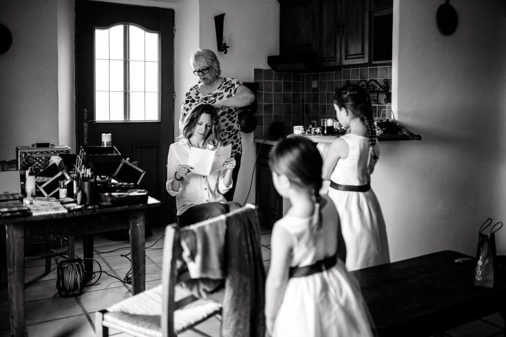 petites filles regarde la mariée