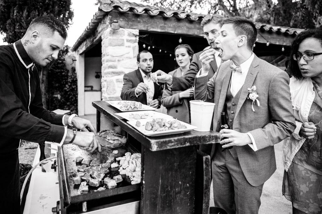 le marié et les invités qui mangent