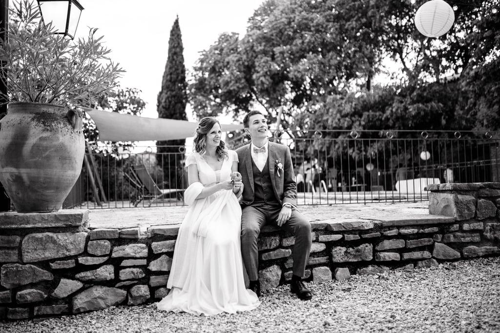 les mariés assis sur un petit muret